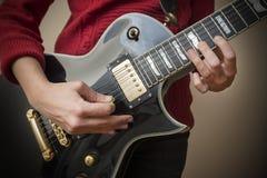 Mujer 21 de la guitarra fotografía de archivo libre de regalías