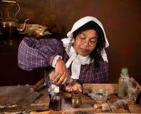 Mujer de la hierba de la vendimia en cocina fotografía de archivo