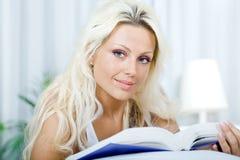 Mujer de la lectura foto de archivo libre de regalías