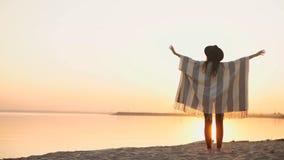 Mujer de la libertad y de la felicidad de la sonrisa en la playa