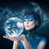 Mujer de la luna que sostiene la tierra del planeta Imagen de archivo