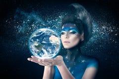 Mujer de la luna que sostiene la tierra del planeta fotografía de archivo libre de regalías