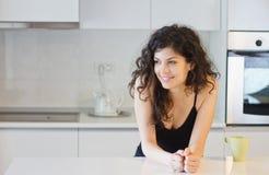 Mujer de la mañana en la cocina Fotos de archivo libres de regalías