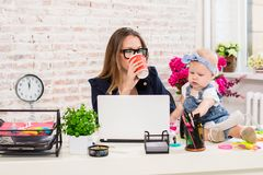 Mujer de la madre de la empresaria con una hija que trabaja en el ordenador Imagen de archivo