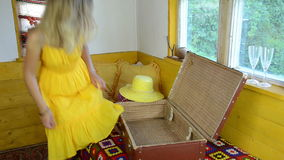 Mujer de la maleta de las blusas almacen de video