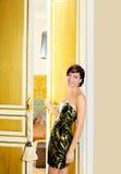 Mujer de la manera de la elegancia en puerta de la habitación Fotos de archivo libres de regalías