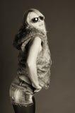 Mujer de la manera de las gafas de sol con una piel Foto de archivo libre de regalías