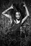 Mujer de la manera en negro. Foto blanca negra Foto de archivo