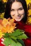 Mujer de la manera en parque del otoño Foto de archivo