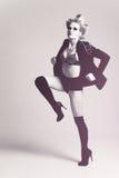Mujer de la manera que desgasta una pierna de la chaqueta para arriba Foto de archivo libre de regalías