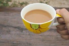 Mujer de la mano que sostiene la taza de café Fotografía de archivo