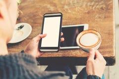 Mujer de la mano que usa smartphone en cafetería Fotos de archivo