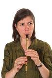 mujer de la Mediados de-edad que toca la flauta Imágenes de archivo libres de regalías