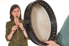 mujer de la Mediados de-edad que toca la flauta Fotografía de archivo