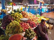 Mujer de la mercado de la fruta Fotografía de archivo