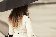 Mujer de la moda con el paraguas en la calle de la ciudad Imágenes de archivo libres de regalías