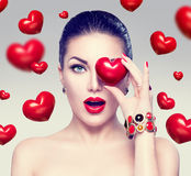 Mujer de la moda con los corazones rojos Fotos de archivo
