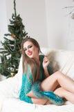 Mujer de la moda de la belleza en el árbol de navidad Imagen de archivo