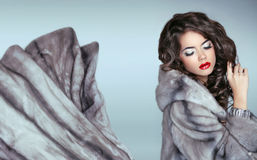 Mujer de la moda de la belleza en Mink Fur Coat azul Triunfo de lujo hermoso Imagen de archivo libre de regalías