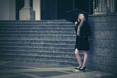 Mujer de la moda de los jóvenes con el paraguas en la calle de la ciudad Imagen de archivo libre de regalías