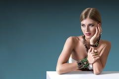Mujer de la moda de los jóvenes con joyería india fotos de archivo libres de regalías