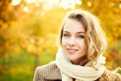 Mujer de la moda de los jóvenes en Autumn Background Foto de archivo