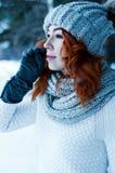 Mujer de la moda de los jóvenes en bosque del invierno Foto de archivo libre de regalías