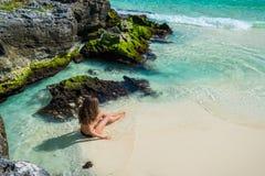 Mujer de la moda de los jóvenes en el bikini que mira en el mar la playa tropical Imágenes de archivo libres de regalías