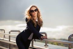 Mujer de la moda de los jóvenes en gafas de sol en la calle de la ciudad Fotografía de archivo libre de regalías