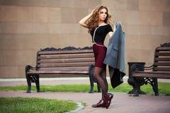 Mujer de la moda de los jóvenes que camina en la calle de la ciudad Foto de archivo