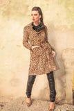 Mujer de la moda de los jóvenes que presenta cerca de una pared Foto de archivo libre de regalías