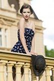 Mujer de la moda en balcón antiguo imagen de archivo libre de regalías