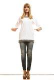 Mujer de la moda en camiseta blanca en blanco Imágenes de archivo libres de regalías