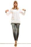 Mujer de la moda en camiseta blanca en blanco Foto de archivo libre de regalías