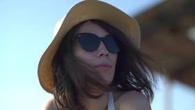Mujer de la moda en gafas de sol con la reflexión de la playa almacen de metraje de vídeo