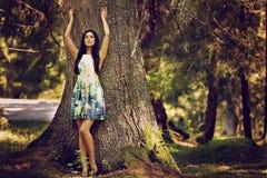 mujer de la moda en la presentación del vestido del color al aire libre en g Fotos de archivo libres de regalías