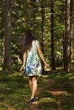 mujer de la moda en la presentación del vestido del color al aire libre en g Fotos de archivo
