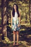 mujer de la moda en la presentación del vestido del color al aire libre en g Fotografía de archivo libre de regalías