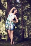 mujer de la moda en la presentación del vestido del color al aire libre en g Foto de archivo libre de regalías