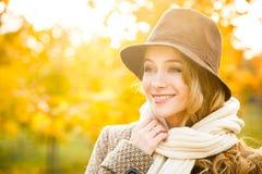 Mujer de la moda en sombrero en Autumn Background Imagen de archivo