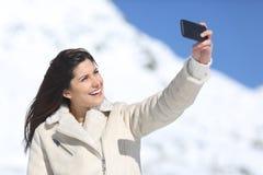 Mujer de la moda que fotografía un selfie en vacaciones de invierno Foto de archivo libre de regalías
