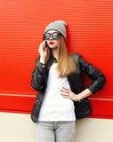 Mujer de la moda que habla en smartphone en ciudad Imágenes de archivo libres de regalías