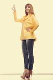 Mujer de la moda que hace la muestra aceptable Fotografía de archivo libre de regalías