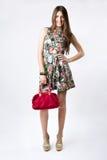 Mujer de la moda que lleva un vestido bonito de la primavera Fotografía de archivo