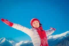 Mujer de la montaña del invierno de la libertad foto de archivo