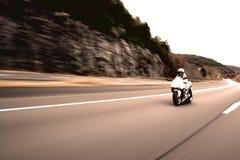 Mujer de la motocicleta que apresura Imagen de archivo