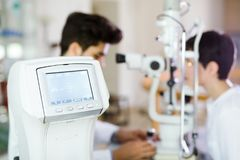 Mujer de la muchacha en la clínica de la oftalmología para la detección de la dioptría imagenes de archivo
