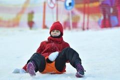 Mujer de la muchacha de la familia sledding en la nieve de la colina del invierno Imagen de archivo