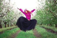 Mujer de la muchacha pelirroja en jardín de la primavera Imagenes de archivo