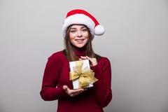 Mujer de la Navidad con el sombrero de santa Imagenes de archivo